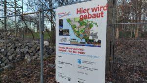 """Schild """"Hier wird gebaut"""" - Bauzeit geht bis Frühjahr 2021"""