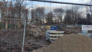 Blick durch Bauzaun auf Baustelle