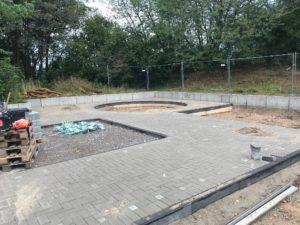 Baustelle mit gepflasteter Fläche mit erkennbaren Aussparungen