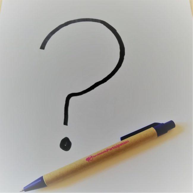 Fragezeichen und Kugelschreiber