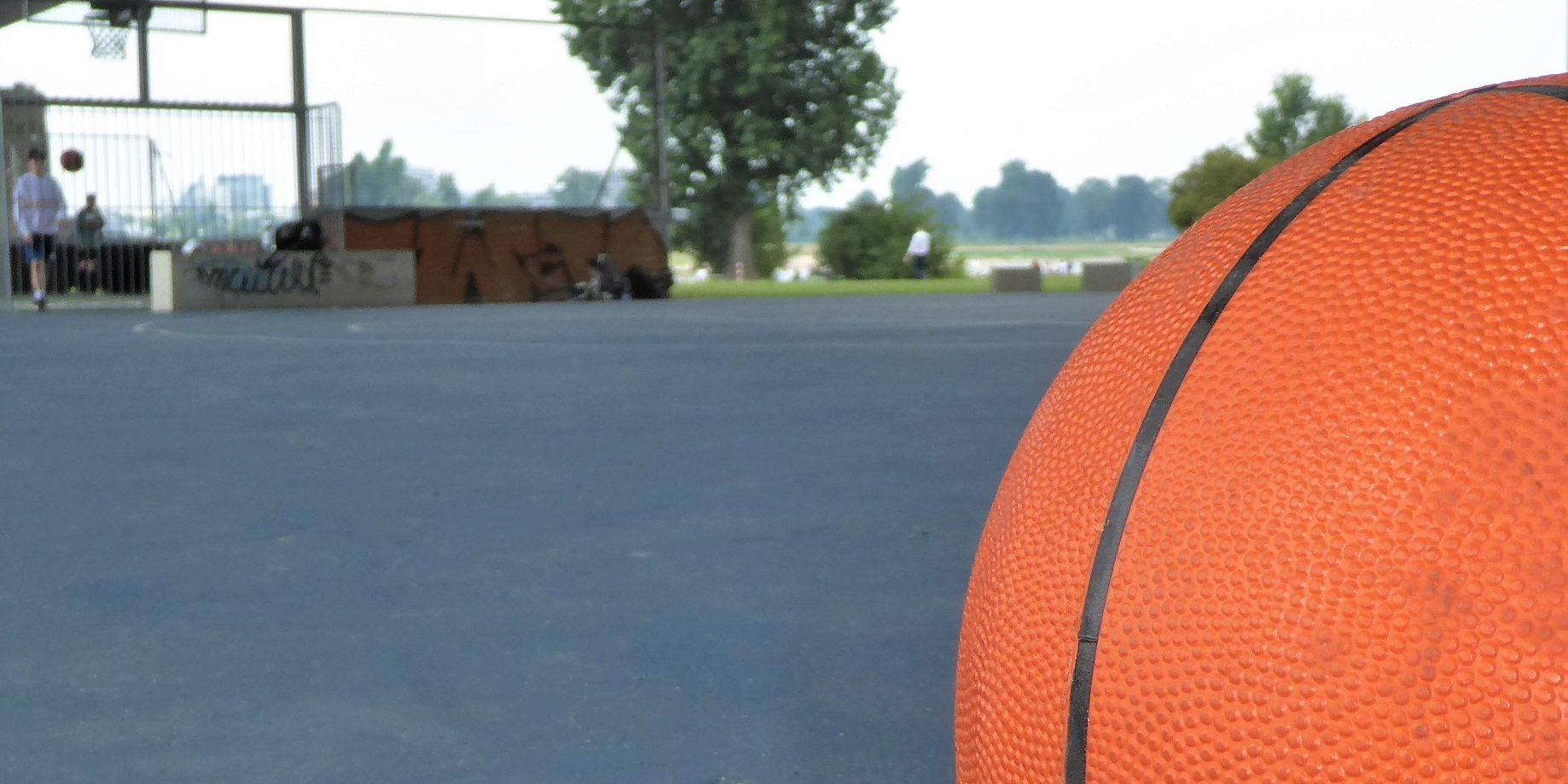 Basketball vor Sportfläche