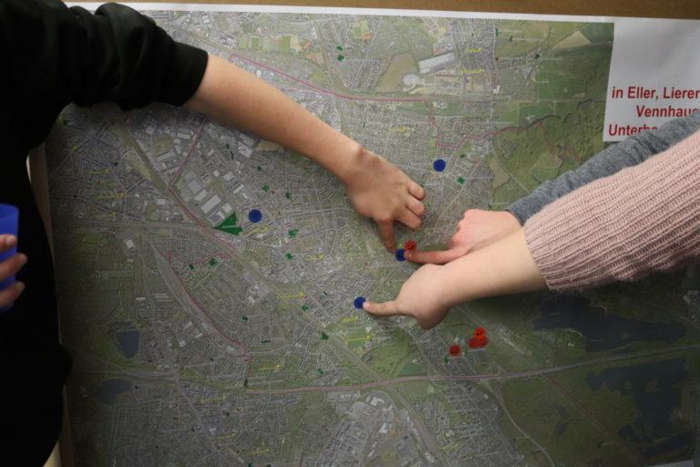 Finger und Punkte markieren Orte auf Karte