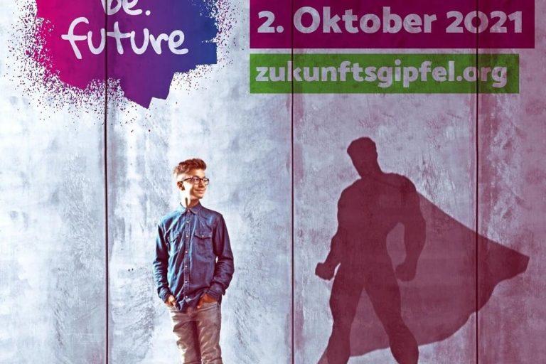 be.future. Dein Zukunftsgipfel 2. Oktober 2021 zukunftsgipfel.org. Junge in Alltagkleidung steht vor Mauer, sein Schatten ist ein Superheld mit Cape.